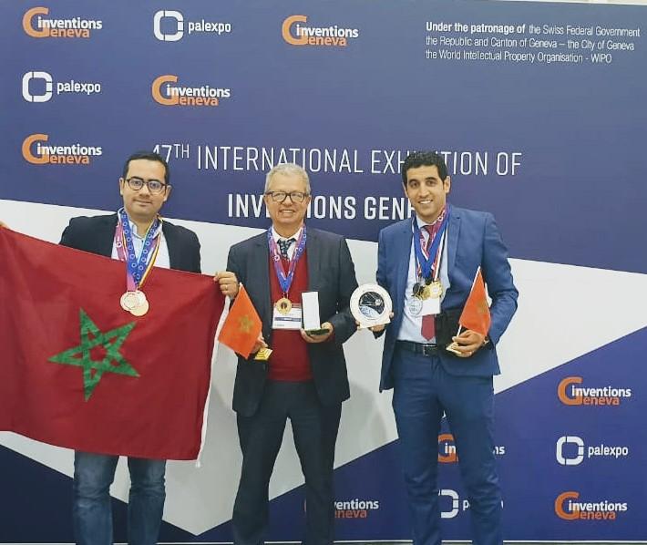 L'équipe de l'EMSI, avec au milieu le président du Groupe Kamal Daissaoui, arborant les médailles et trophées remportés