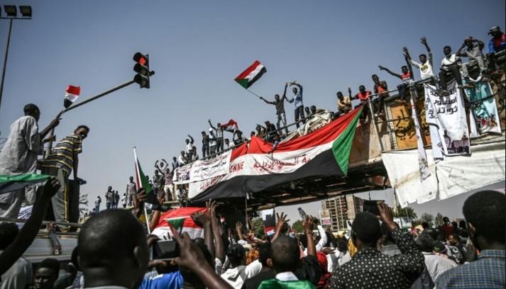 Une semaine après le départ de Béchir, les manifestants ciblent le régime