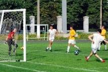 En Ukraine, des étudiants inventent le football avec deux ballons