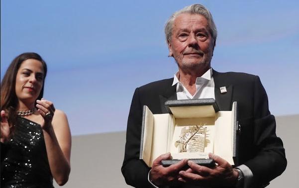 En larmes, le monstre sacré du 7ème art Alain Delon honoré à Cannes