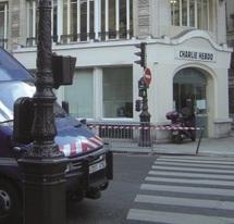 Les locaux de l'hebdomadaire satirique Charlie Hebdo ravagés par le feu