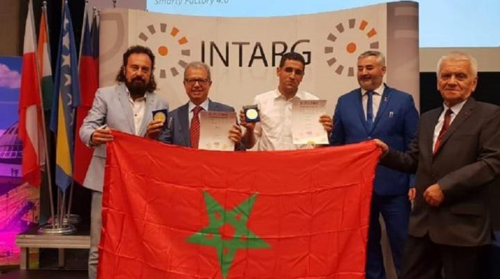L'équipe de l'EMSI avec, au milieu, le président du Groupe, Kamal Daissaoui arborant les médailles et trophées remportés.
