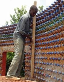 Des bouteilles en plastique pour résoudre la crise du logement au Nigeria