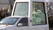 Le Pape confondu pour ne pas avoir mis sa ceinture : Amende irrévérencieuse