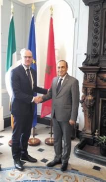 Poignée de main entre Habib El Malki et Simon Coveny,vice-premier ministre et ministre des Affaires étrangères irlandais .