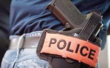 Un brigadier de police contraint de brandir son arme de service pour arrêter un délinquant