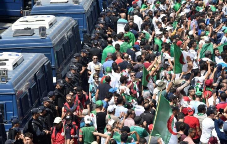 Après six mois, contestation et pouvoir dans l'impasse en Algérie