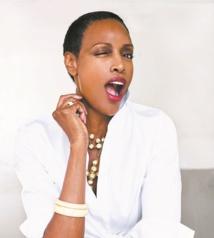 Coco Mitchell : La soixantaine rayonnante sur les podiums