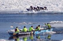 Au Québec, une course de canots sur l'eau et sur la glace