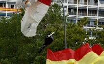 Insolite : Un parachutiste heurte un lampadaire en plein défilé militaire