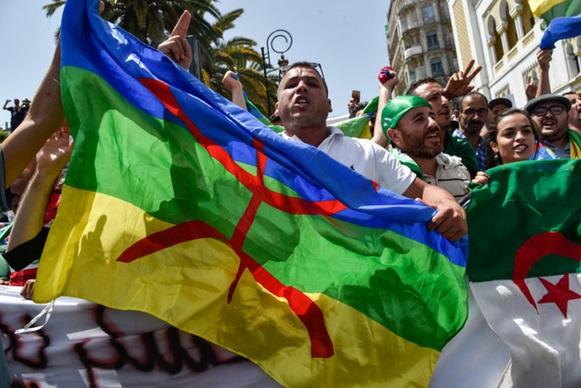 Début du procès de 42 manifestants algériens ayant arboré des drapeaux berbères