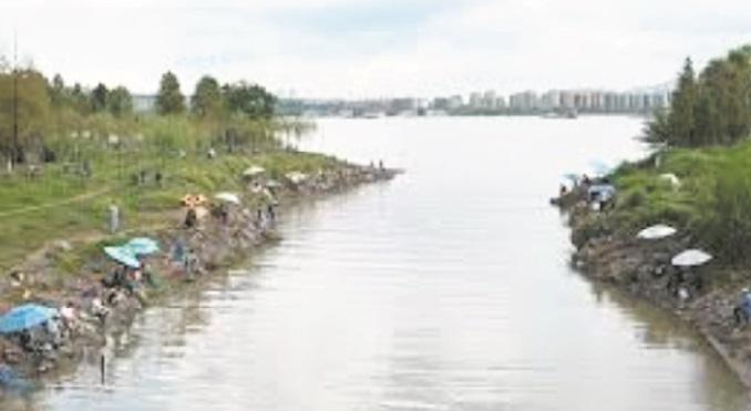"""Sur les bords du Yangtsé, des """"guerriers"""" contre l'eau qui tue"""