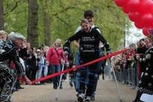 """Une Britannique boucle le marathon de Londres avec des """"jambes bioniques"""""""