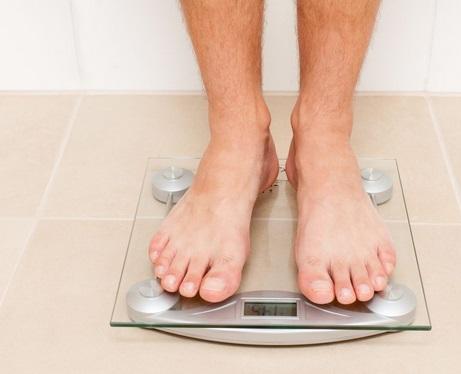 Trois raisons qui expliquent une rapide prise de poids chez les hommes