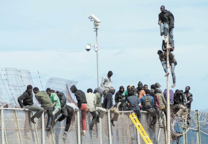 La migration irrégulière et les clôtures dressées autour de Sebta et Mellilia créent la polémique en Espagne