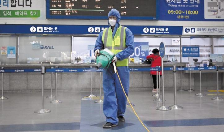 Le coronavirus se répand dans le monde mais tue moins en Chine