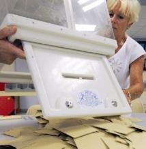 Les législatives en France favorables à la gauche qui s'oriente vers une majorité absolue