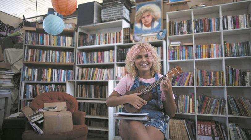 À 12 ans, elle transmet sa passion des livres dans une favela de Rio
