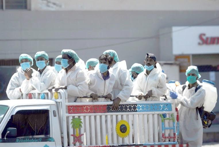 La planète se claquemure et guette le pic de l'épidémie