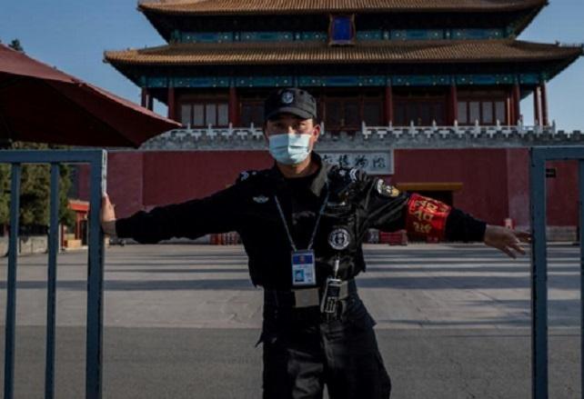 Face au virus, Pékin se mue en cité interdite
