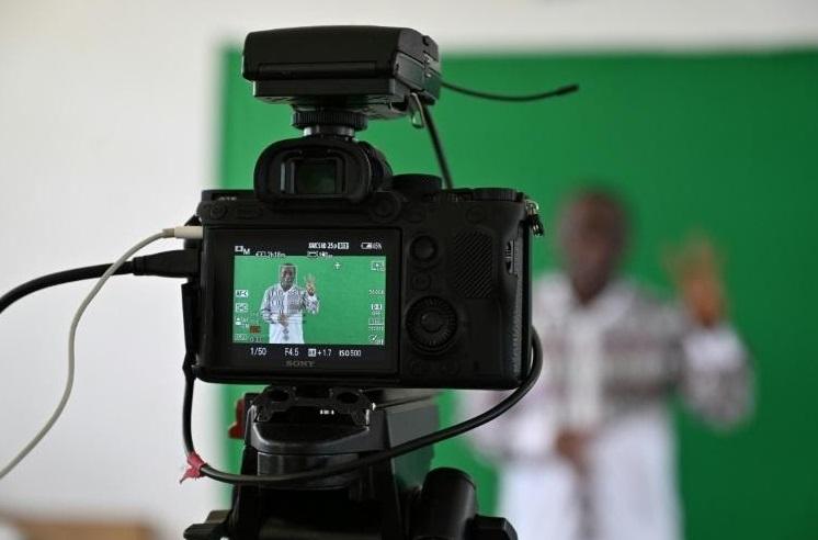 La télévision comme tableau noir pour les élèves et étudiants africains