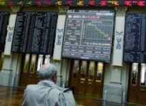 Crise dans la zone euro: L'Espagne fait chuter l'euro et les Bourses
