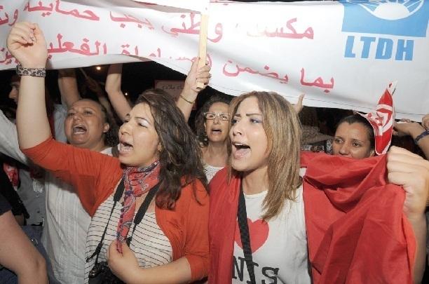 Report de l'adoption du texte constitutionnel en Tunisie : Manifestations pour les femmes et contre Ennahda à Tunis
