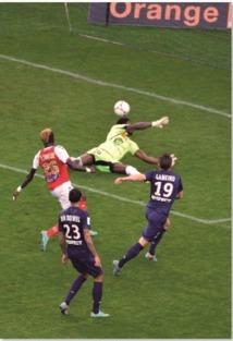 Le PSG prend provisoirement : les commandesde la Ligue 1
