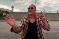 Pour Ultrarêve, son nouveau titre, Aaron fait danser Jean-Claude Van Damme