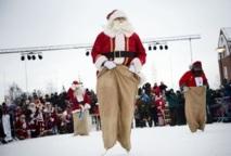 En Laponie, les Pères Noël s'échauffent avant la distribution des cadeaux