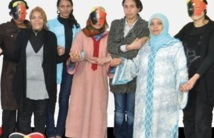 """Chaîne humaine : """"Les indignées"""" demandent la fin des violences contre les femmes"""