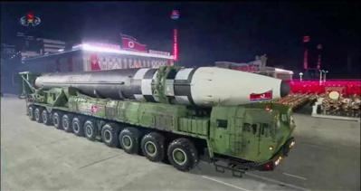 La Corée du Nord menace en dévoilant un nouveau missile géant