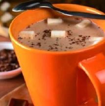 Le chocolat chaud a un meilleur goût dans une tasse orange