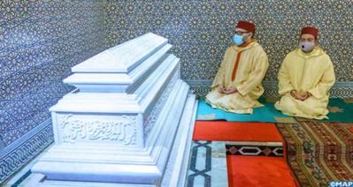 S.M le Roi Mohammed VI se recueille sur la tombe de S.M Hassan II
