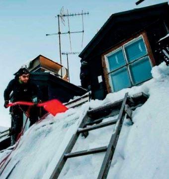 """En Suède, les """"déneigeurs du ciel"""" bravent le vertige sur les toits"""