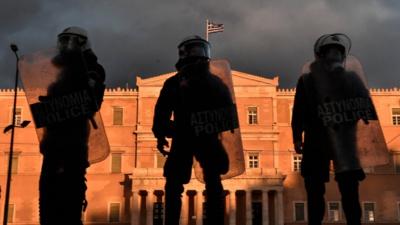 Tollé en Grèce suite à une intervention de musclée de la police pour faire respecter le confinement