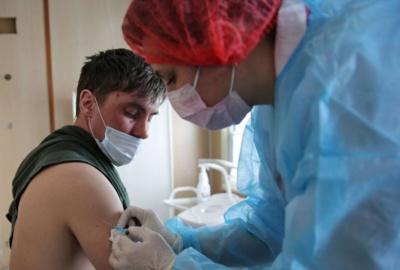 """Le régulateur européen """"convaincu"""" des bénéfices du vaccin AstraZeneca"""