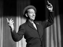 """A 100 ans, Trenet le """"fou chantant"""" inspire toujours la chanson française"""