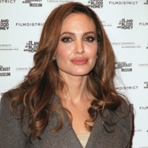 Angelina Jolie va interpréter sa mère au cinéma