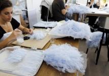 Le travail minutieux des plumassières sur les robes haute couture