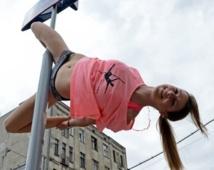 Des Polonaises s'exercent à la pole dance dans la rue