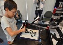 Japon: quand une machine transforme des gamins en maîtres calligraphes