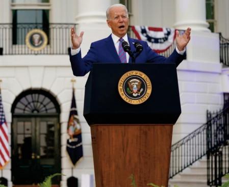 Face au virus, Biden célèbre une victoire, pas la fin de la guerre