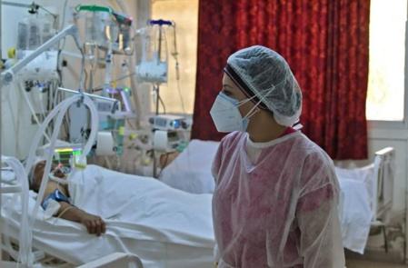 """Face au """"tsunami"""" de Covid en Tunisie, des hôpitaux débordés"""
