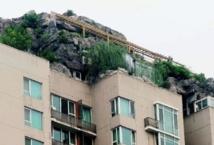 Curieux chantier de démolition au sommet d'une tour de Pékin