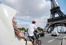 Au pied de la Tour Eiffel,  les tuk-tuks fleurissent