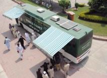 """Au Pakistan, un premier """"bus-tribunal"""" pour rendre la justice avant les talibans"""