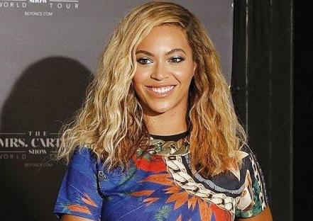 People : Beyoncé se fait tirer hors de la scène par un fan !