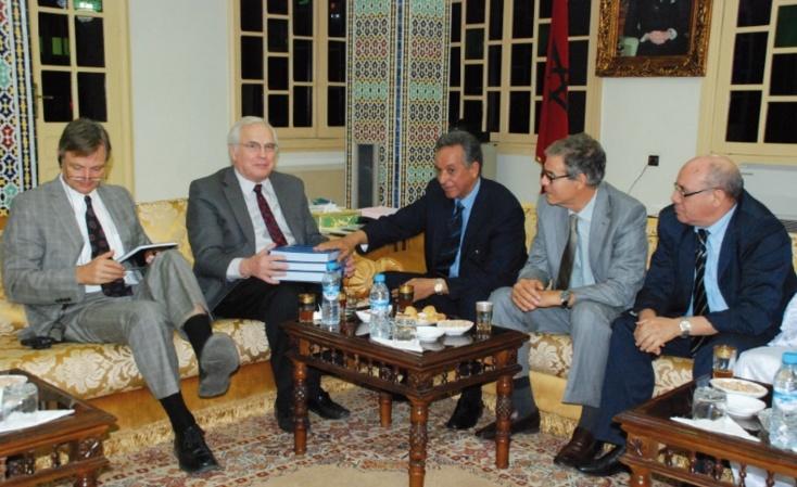 """""""Le Sahara marocain à travers les archives Royales"""" : Christopher Ross a reçu le livre de l'historienne Bahija Simou"""