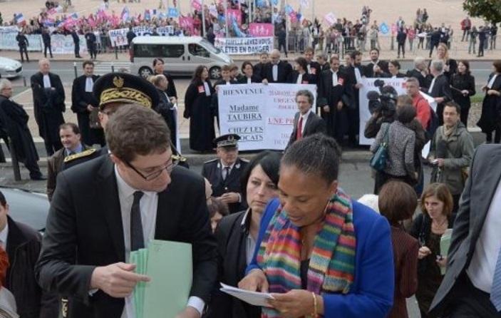 La France s'indigne face aux propos racistes contre Taubira